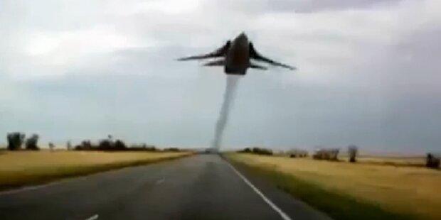 Kampfjet im Tiefflug über die Autobahn