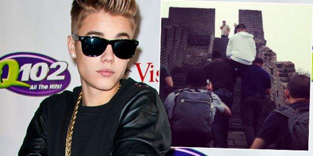 Bieber lässt sich von Bodyguards tragen
