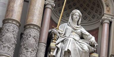 Justitia Gericht Symbolbild Verhandlung
