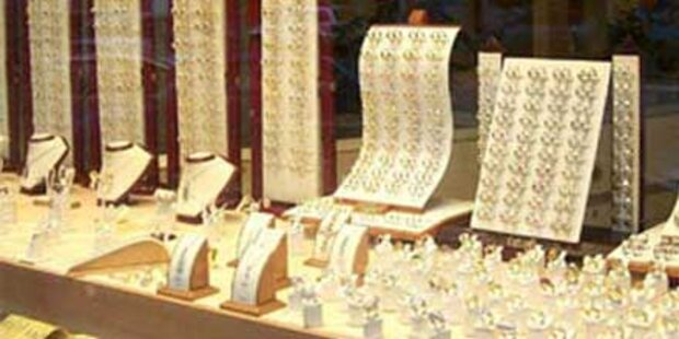 Passanten halten Juwelen-Räuber fest