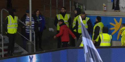 Herzinfarkt-Drama: Köln-Trainer stürmt aus dem Stadion