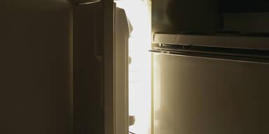 Er öffnet Kühlschrank seiner Ex – dann stürmt er ganz schnell raus