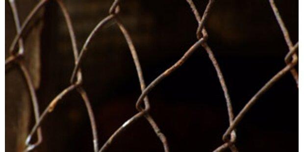 Kinder in Käfig gesteckt und misshandelt