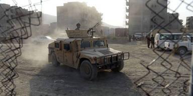 Kabul: Taliban greifen Flughafen an