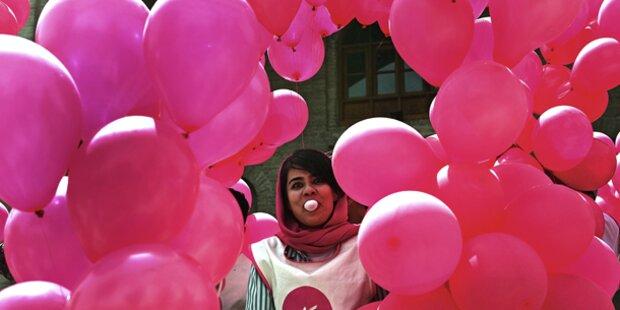 10.000 pinke Luftballons für Frieden in Kabul