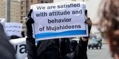 Verschleierte Frauen demonstrieren für Taliban-Regierung