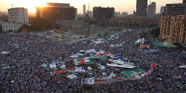 Zehntausende protestieren gegen Militärrat