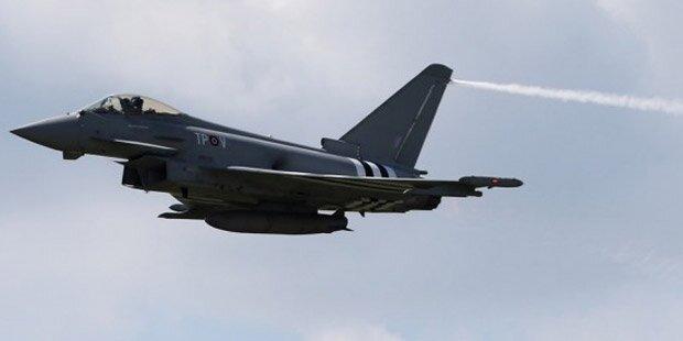 Passagierjet von britischen Kampfjets eskortiert