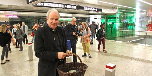 In der U-Bahn: Kardinal verteilt Schokolade