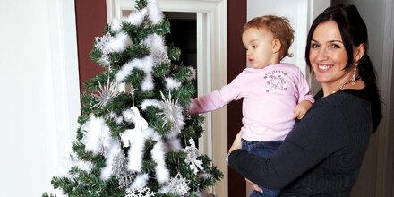 Promis schmücken ihren Christbaum