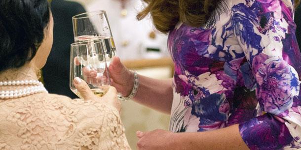 Herzogin Kate & Mary Tan: Wein statt Wasser