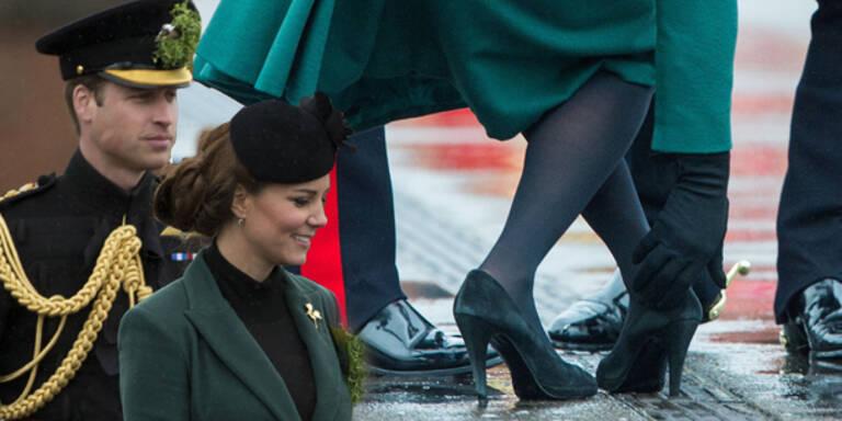 Kate bleibt in Straßenbelag stecken