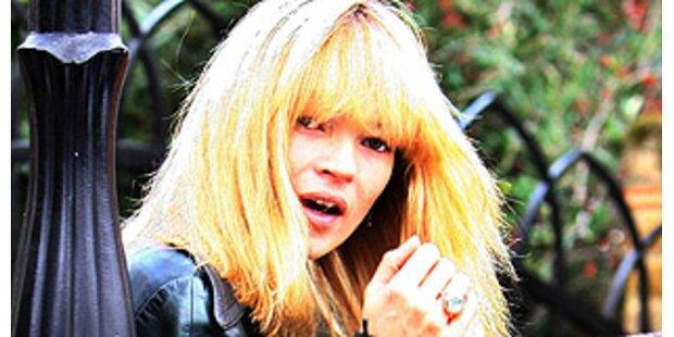 Kate Moss trägt blonde Ponyfrisur