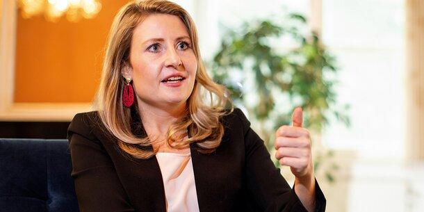 Frauenministerin Raab: Feminismus trennt Frauen mehr als
