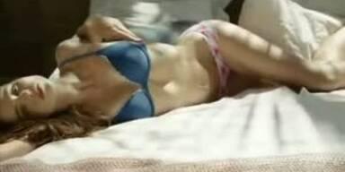 Sexy Miranda Kerr räkelt sich am Strand