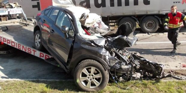 Tödlicher Crash: 61-Jähriger raste in LKW