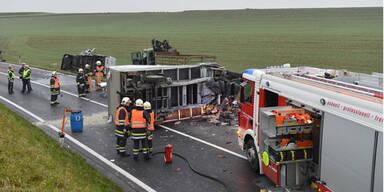 Ein Toter bei Horror-Crash mit 3 LKW