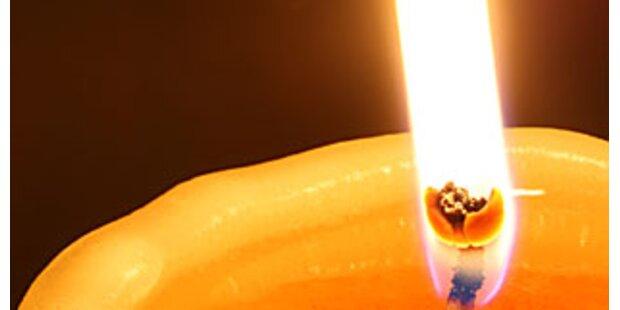 Bub spielte mit Kerze - Kleidung fing Feuer