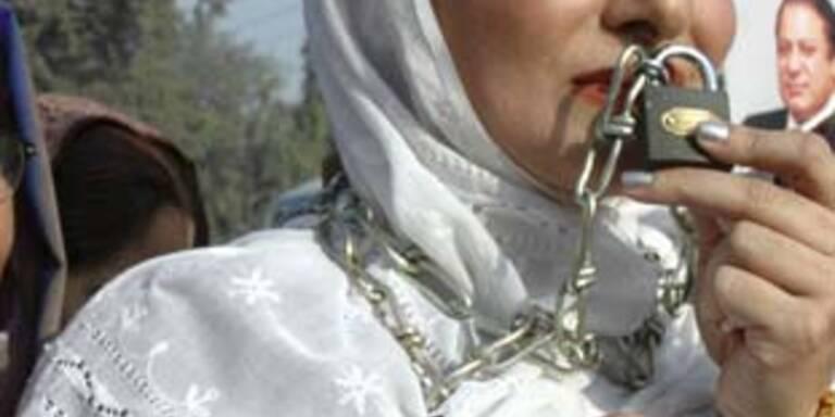 Junge Araberin in Ketten geflohen