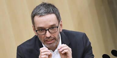 FPÖ attackiert Verfassungsministerin Edtstadler
