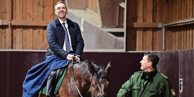 Reiterstaffel: Minister hat sein erstes Pferd
