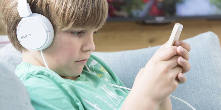 Ein Jahr Haft droht: Handy-Verbot für ALLE unter 21!