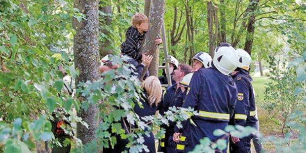Feuerwehr rettet Bub aus Baum