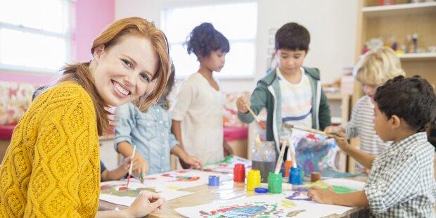 Kindergärtnerin klebte Kindern Münder zu