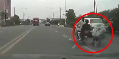 China: Frau zieht Kinderwagen mit Moped