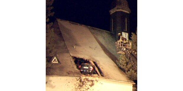 Hier landete ein Auto in einem Kirchendach