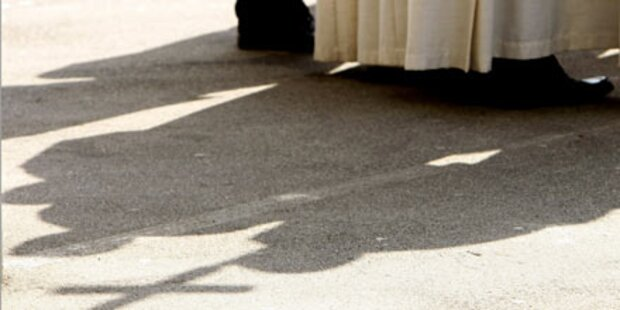 Missbrauch: Priester des Amtes enthoben