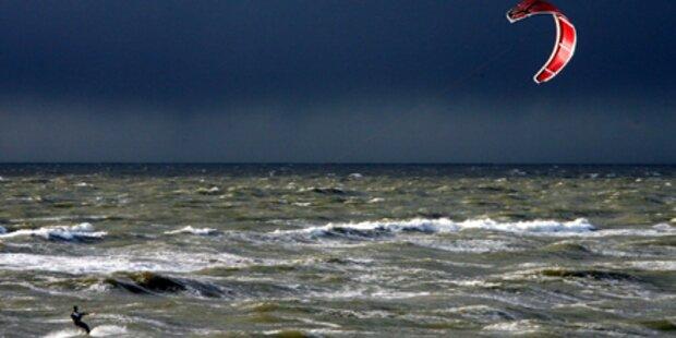 Kitesurfer kracht gegen Hochhaus