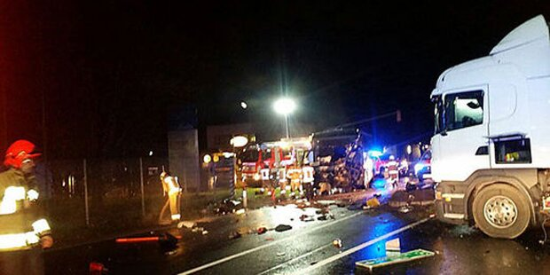 Bus crasht in Lkw: 2 Verletzte