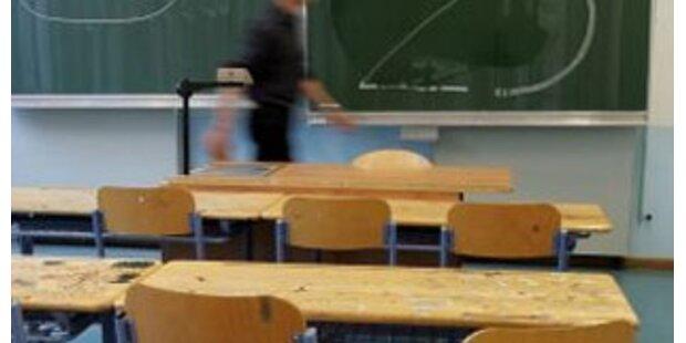Schülerinnen attackierten Lehrer für