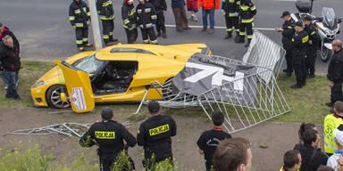 Supersportwagen rast in Menschenmenge