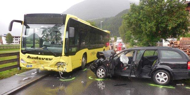 Kollision mit Bus: Fünf Teenies verletzt
