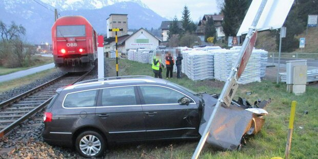 Autolenker kollidierte mit Zug