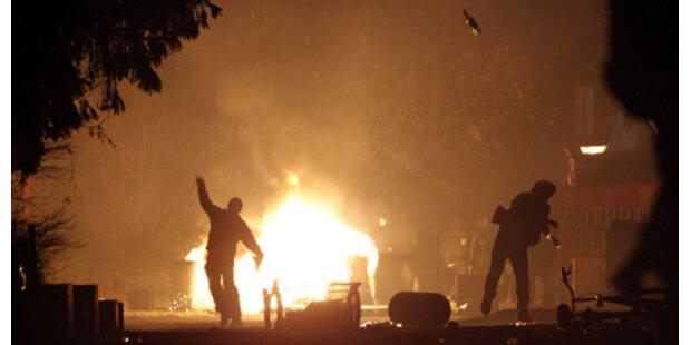 Demonstranten werfen mit Brandsätzen