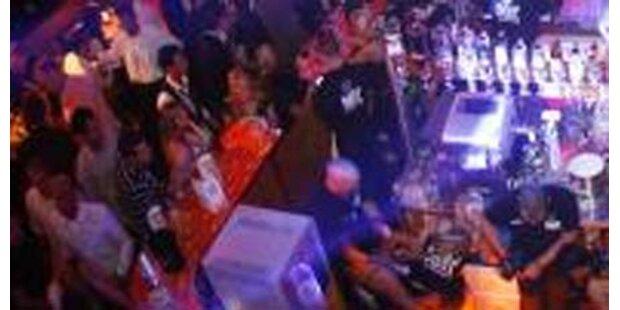 Jugendliche rasten vor Diskothek aus