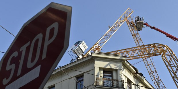 Baukran kracht auf Haus in Wien