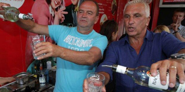 Prohaska und Krankl als Barkeeper