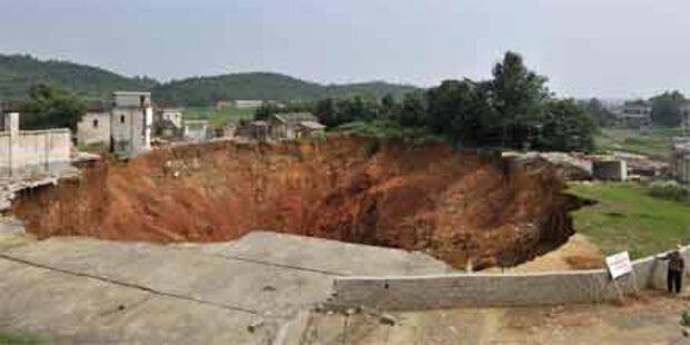 Riesiger Krater in China verschlingt Dorf