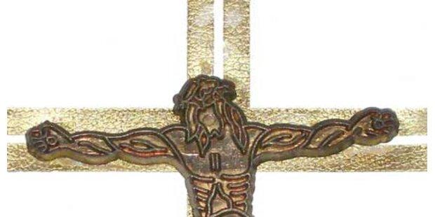 Frau erschlug im Wahn Mutter mit Kreuz