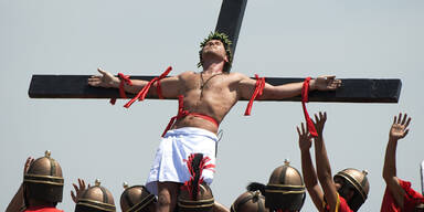 Gläubige lassen sich ans Kreuz nageln