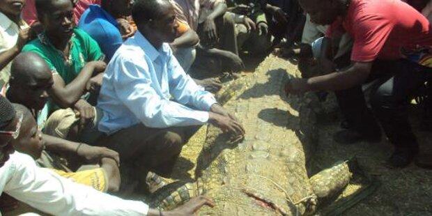 Mann tötet Krokodil, das seine Frau fraß