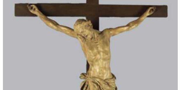 Linz hängt in Kindergärten Kreuze auf