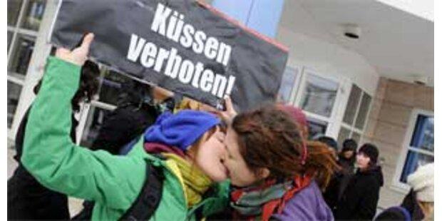 Protestschmusen nach Kussverbot in Linz
