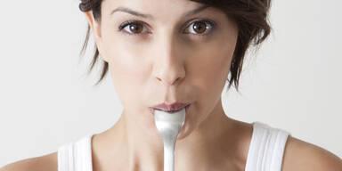 Weißer Löffel lässt Essen süßer schmecken