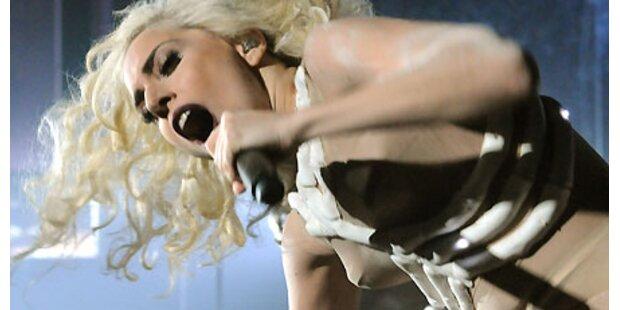 Blumenstrauß landet auf Lady Gagas Kopf