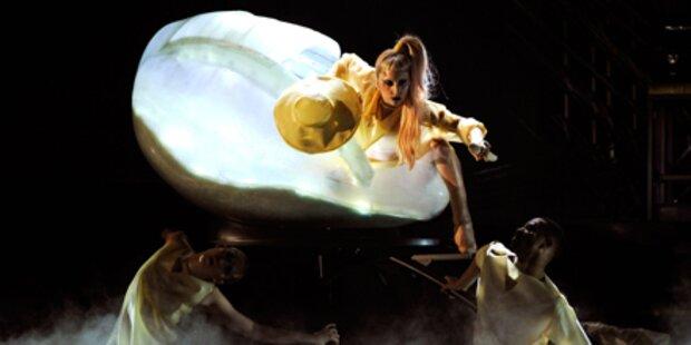 Lady Gaga schlüpft aus Plastik-Ei